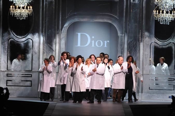 Fashion Week Paris : le salut final des petites mains à la fin du défilé Dior