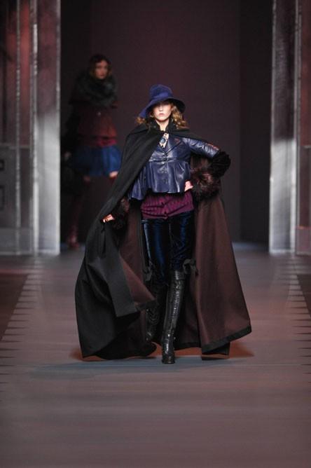 Fashion Week Paris : une longue cape au défilé Dior