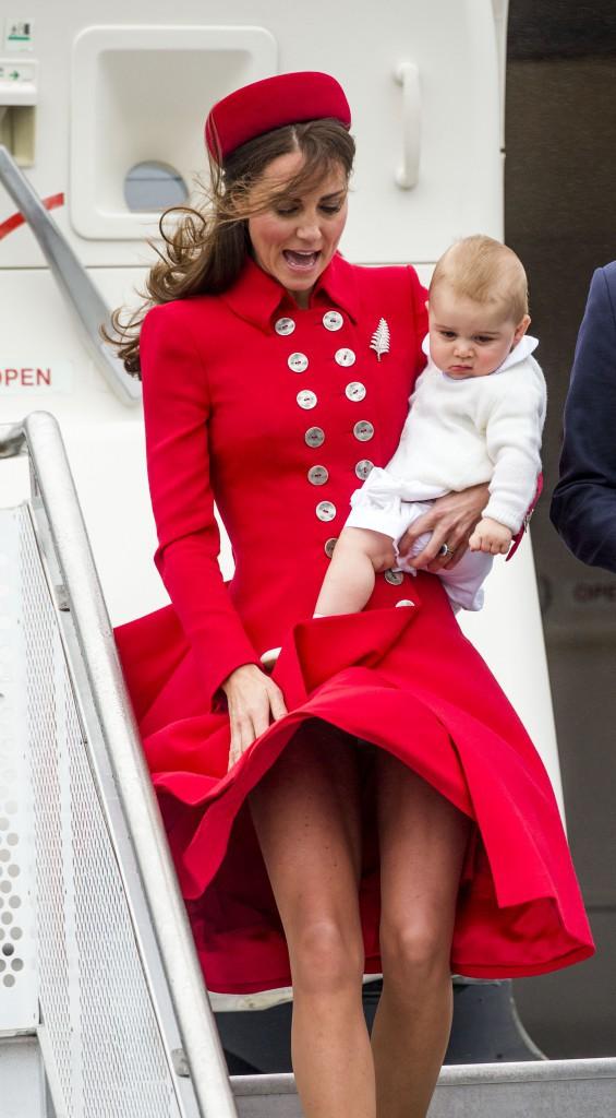 7 avril 2014 : Alors que sa maman devrait, dans sa sublime robe, s'attirer tous les regards, la presse n'a d'yeux que pour son fils !
