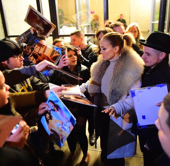 Jennifer Lopez s'est prêtée au jeu des autographes