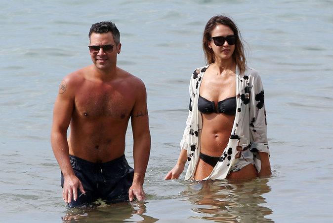 Jessica Alba et Cash Warren se sont montrés très complices sur la plage de Maui