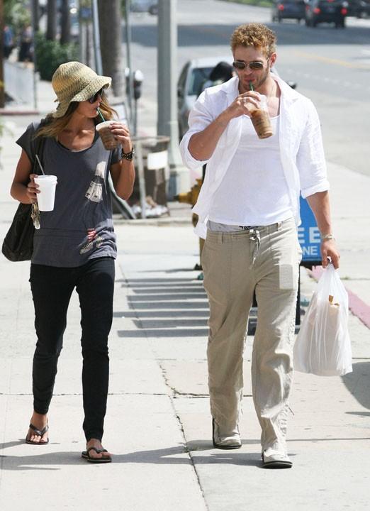 Kellan Lutz et sa nouvelle girlfirend Sharni Vinson à Venice Beach, le 1er septembre 2011.
