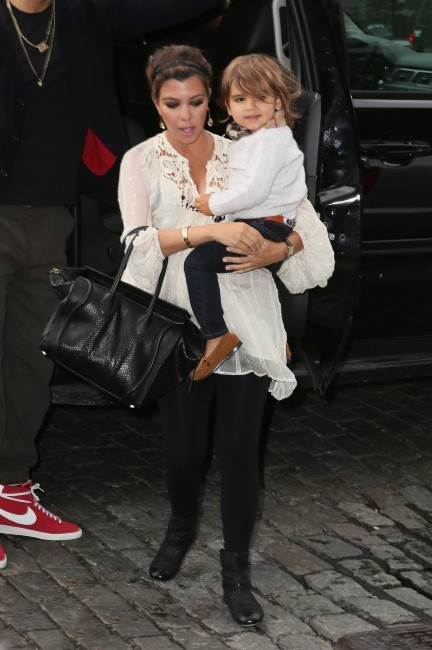 Kourtney Kardashian et son fils Mason à New York, le 23 avril 2012.