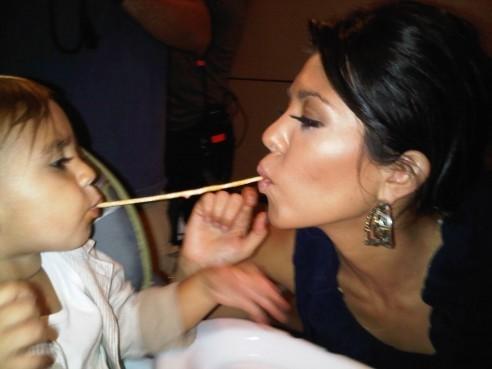 Kourtney Kardashian et son fils Mason faisant le remake de La Belle et Le Clochard !