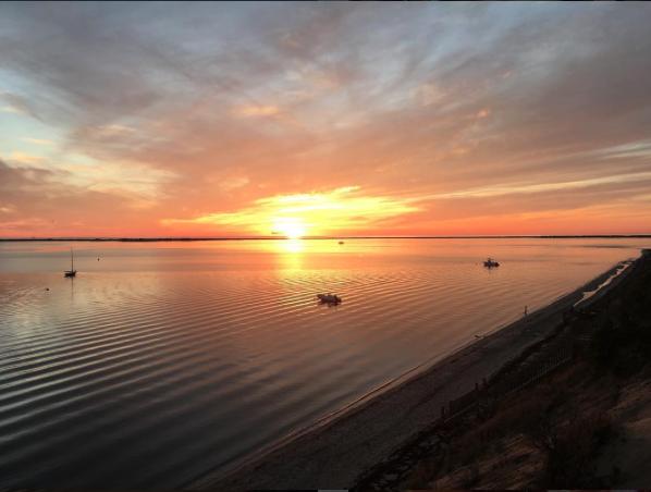 De jour comme de nuit, elle fait découvrir les beautés de la côte Est