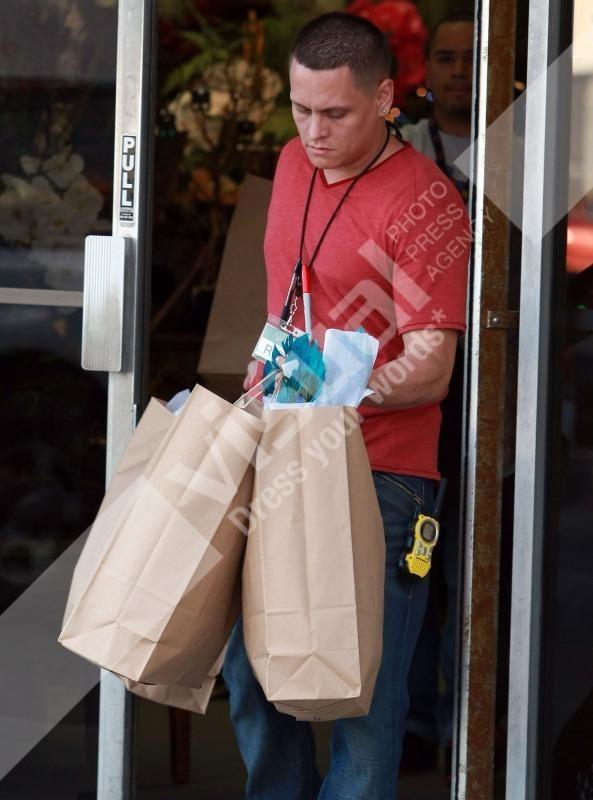 Kourtney Kardashian se fait porter ses achats lors de sa virée shopping à Van Nuys, le 29 novembre 2011.