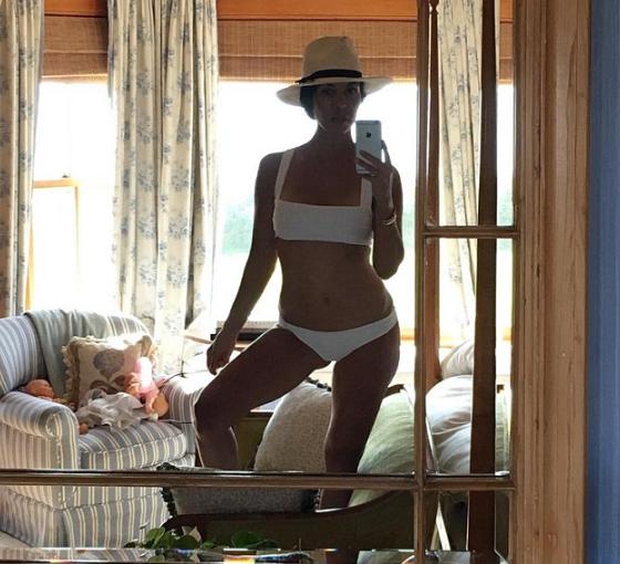 Kourtney Kardashian a opté pour le maillot de bain blanc sexy