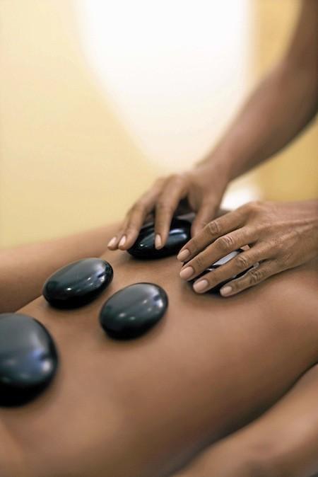 Massage taoïste aux pierres chaudes et froides, 1 h 30 : 134 €. Spa Cinq Mondes, 6, square de l'Opéra-Louis-Jouvet, Paris 9e.