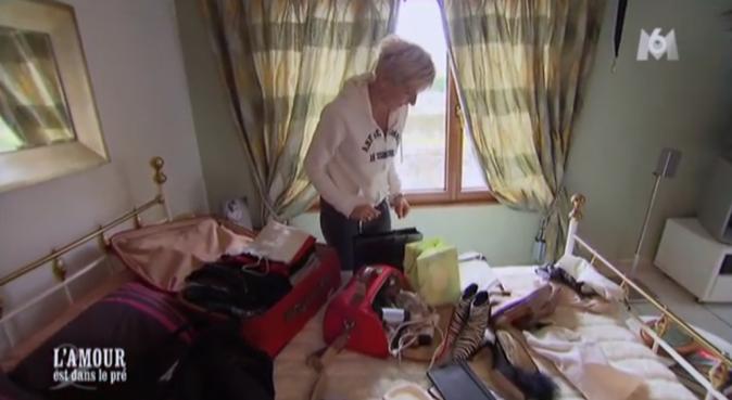 Annick met ses souliers léopard dans sa valise, ainsi que des bottines zèbre
