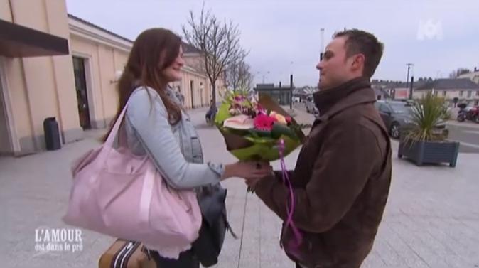 C'est aussi les bras chargés d'un bouquet que Jacky réceptionne Kim...