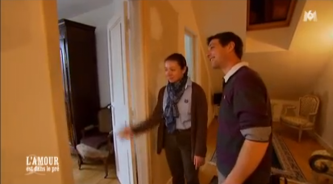Lisa lui fait visiter son appartement !