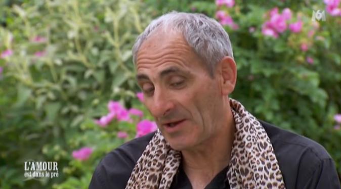 Thierry a toujours le foulard léopard d'Annick autour du cou !