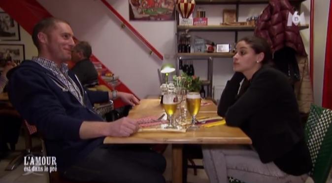 Ambiance un peu tendue entre Emeline et Baptiste au restaurant en attendant Alexandra !