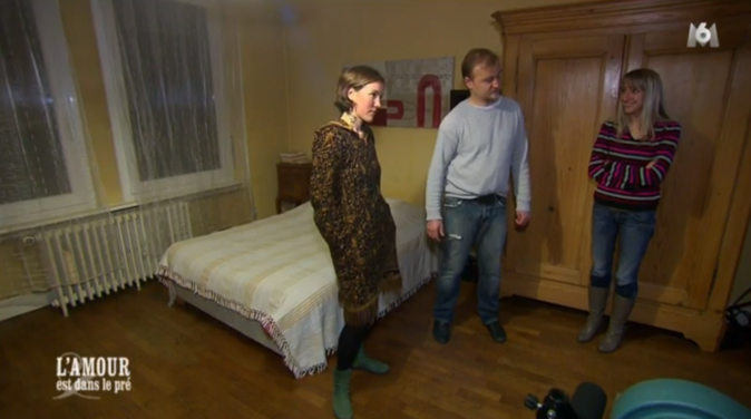 Julien fait visiter les chambres à ses prétendantes