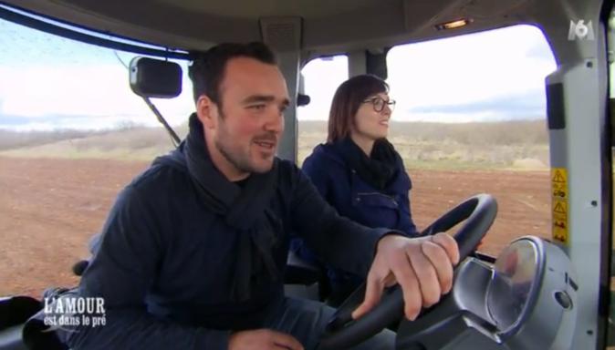 C'est le moment culte de la balade en tracteur pour Emilie...