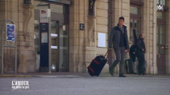 Frédéric, le second prétendant de Julie, arrive à la gare...