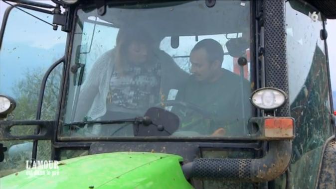 Guillaume, lui, embarque Sandrine et Valérie à bord de son tracteur !