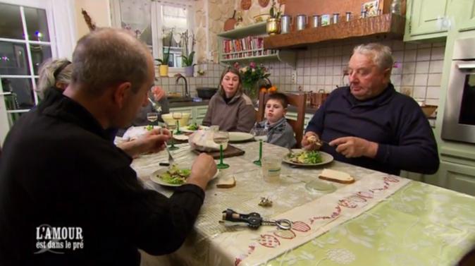 Le repas est l'occasion de présenter son fils, son père...