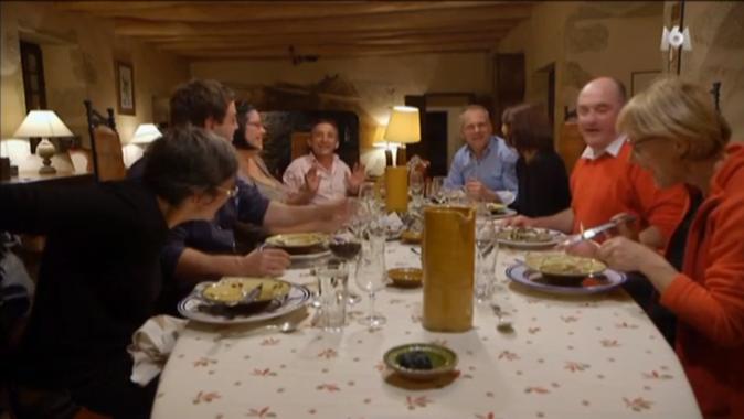 L'émission se termine sur un bon repas, tous ensemble !