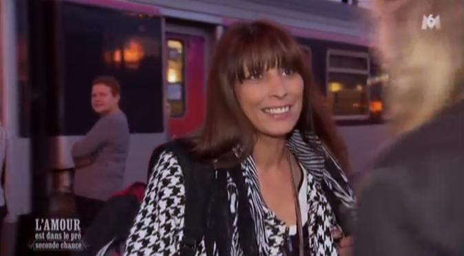 Monica arrive toute souriante avant de s'apercevoir qu'elle a oublié sa valise dans le train