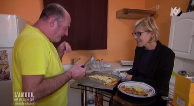 Philippe a chauffé la pizza avec un bout de plastique
