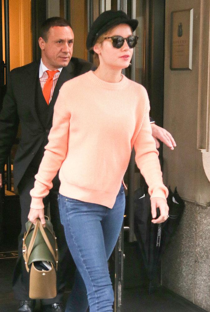 Brie Larson sort de son hôtel à New York, le 3 mai 2016.