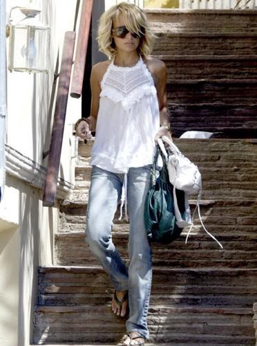 Elle flotte dans son jean