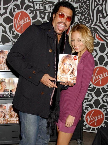 Nicole Richie avec son cher papa pour le lancement de son livre