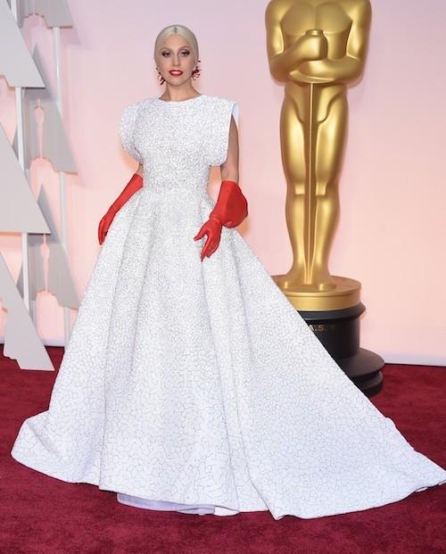 En Alaïa pour la cérémonie des Oscars, malgré ses gants moqués par les internautes