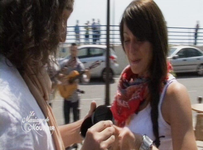 Moundir : Donne moi ton doigt car je suis en train de trembler moi aussi. 52 c'est ça ?  Ines : Oui 52, c'est bon, c'est ma taille.