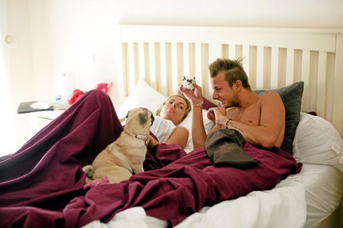 Sur un selfe ou au lit, la ch'tite family composée notamment de Vincent et de Hillary ne se quitte pas!