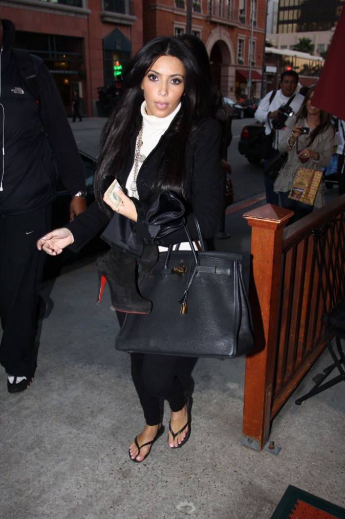Kim Kardashian : le point final de sa tenue d'automne, les tongs !