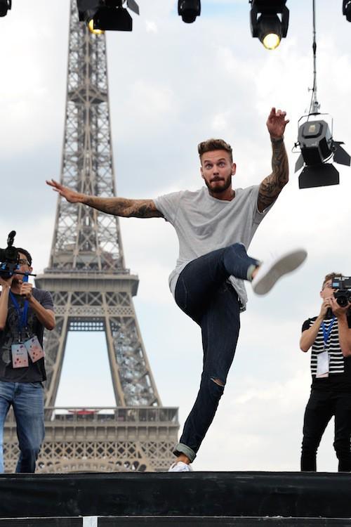 Flashmob à la Tour Eiffel pour le Secours populaire en août 2015