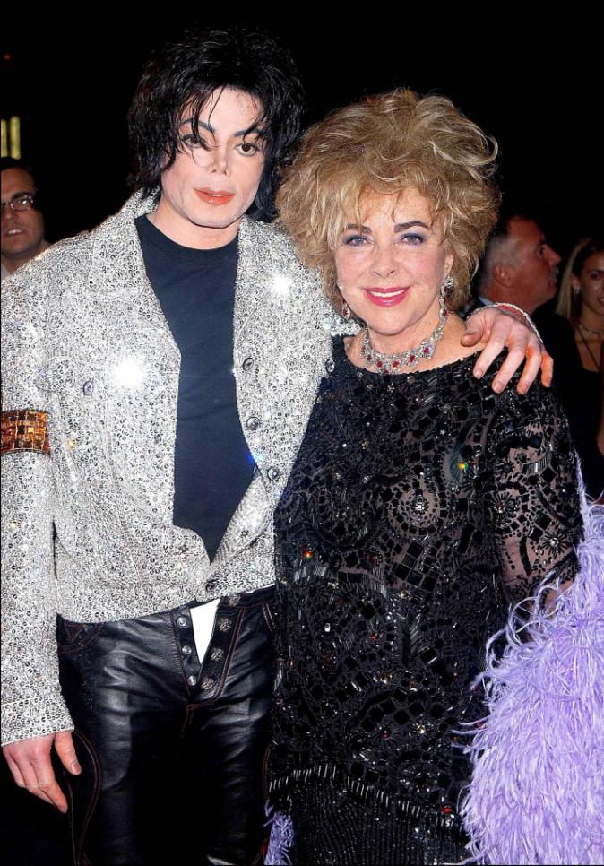 Début des années 2000 : Michael pose avec Liz Taylor, l'une de ses plus fidèles amies !