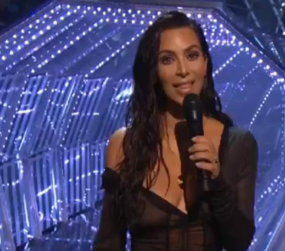 Kim Kardashian a eu l'honneur d'annonce la remise du prix de la meilleure collaboration
