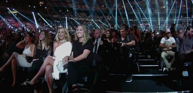La salle est comble peu avant la cérémonie, Britney est heureuse !