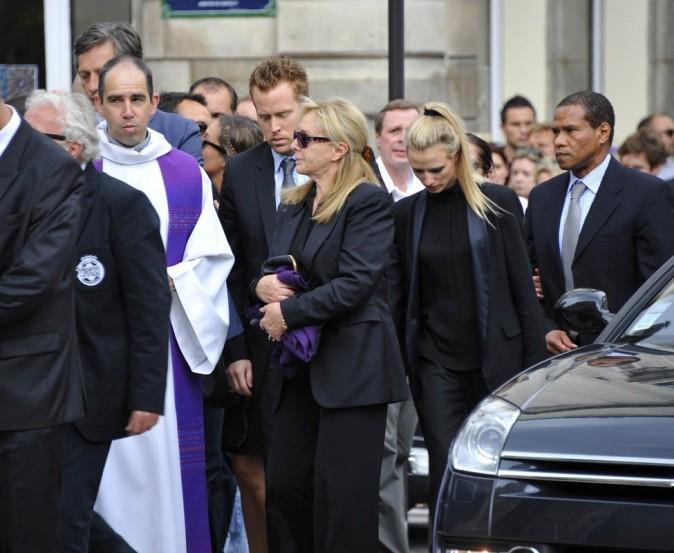 La femme et le fils de Thierry Roland arrivent