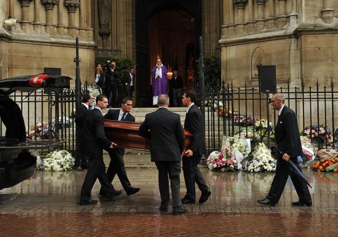 Le cercueil entre dans l'église sous les applaudissements