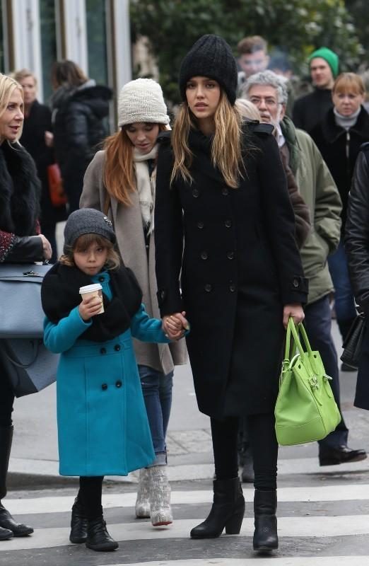 Jessica Alba joue les touristes à Paris entre deux défilés