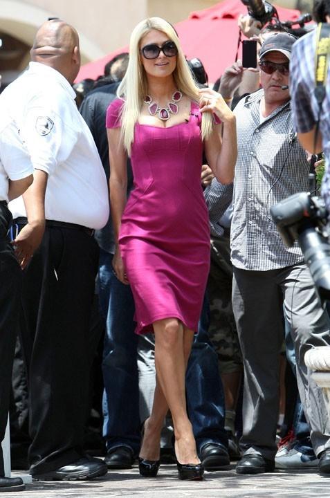 De loin : Paris Hilton fait illusion !
