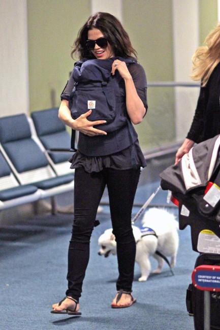 Jenna Dewan avec sa fille Everly à l'aéroport de LAX le 26 juillet