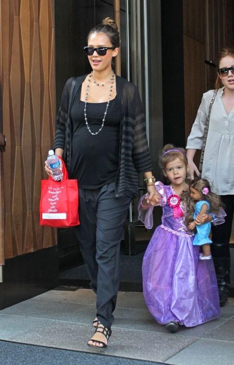 Jessica Alba enceinte de son second enfant, et accompagnée de sa fille Honor.