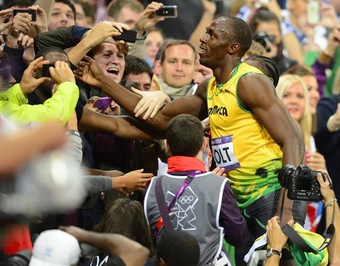 2012: Bain de foule après sa victoire au 100 mètres à Londres