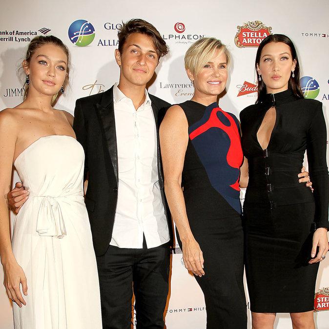 Yolanda Foster entourée de Gigi, Bella et Anwar Hadid