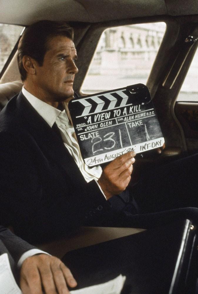 Photos : Roger Moore dans Dangereusement vôtre en 1985