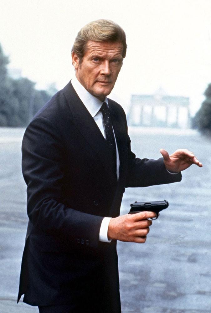 Acteurs James Bond - Lequel préférez-vous ? (CYan, comme les yeux de Daniel Craig XD ) Photos-Roger-Moore-est-James-Bond-dans-Octopussy_portrait_w674