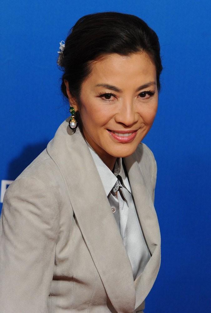 Photos : Michelle Yeoh est la James Bond girl de Demain ne meurt jamais