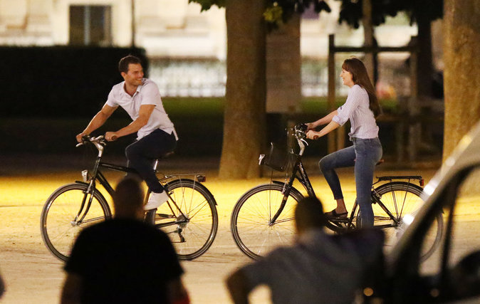 Dakota Johnson et Jamie Dornan s'éclatent sur le tournage de Fifty Shades Freed