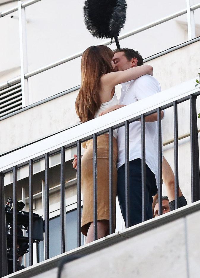 Dakota Johnson et Jamie Dornan s'embrassent sur le tournage du film