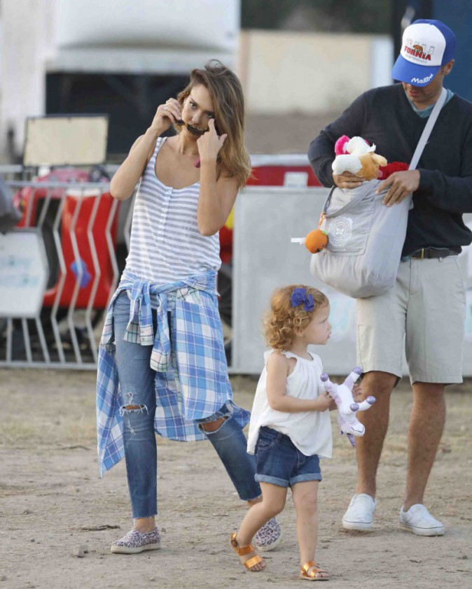 Jessica Alba : la famille parfaite prend du bon temps à la fête foraine !
